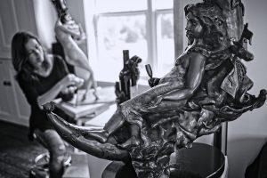 L'artiste Marie-Claude Demers dans son atelier